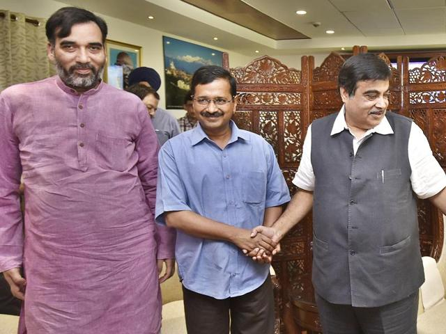 Delhi chief minister Arvind Kejriwal (C) with Delhi transport minister Gopal Rai (L) along with Union minister of transport Nitin Gadkari (R) during the meeting on the implementation of'odd-even' policy in New Delhi.