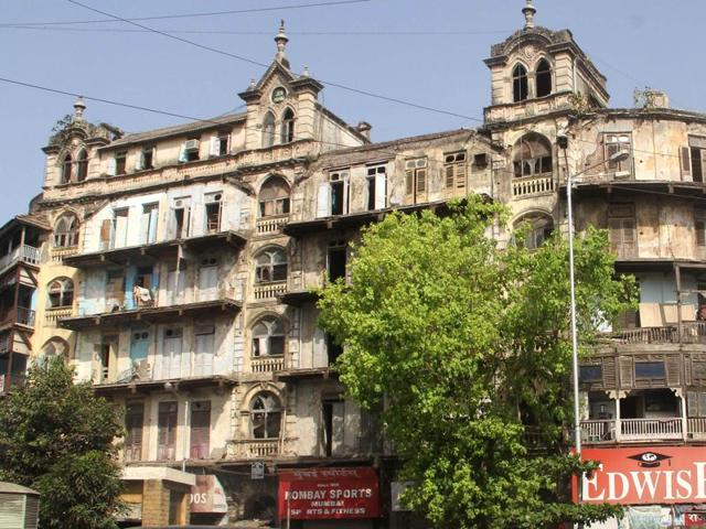 The Swadeshi Market ahead of the Kalbadevi Temple is one of the oldest cloth market in the city and was instrumental during the Swadeshi freedom struggle as it promoted the use of khadi. It now houses textile shops.