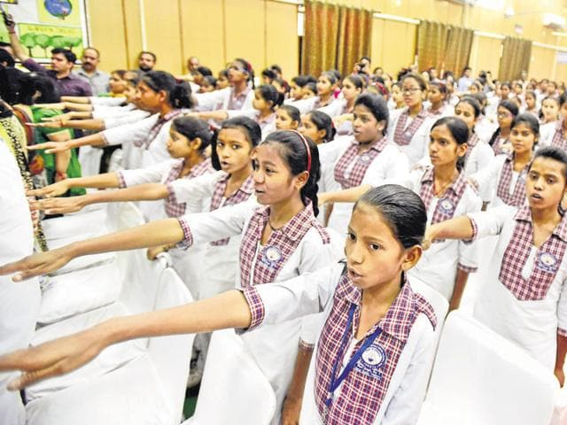 School students take the pledge to help make Delhi pollution-free on Wednesday.(Hindustan Times)