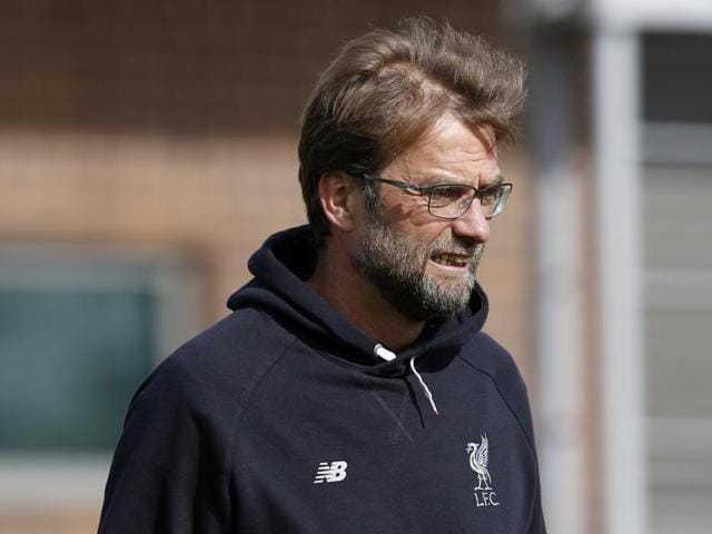 Liverpool manager Jurgen Klopp (L) talks to his players during training ahead of the Europa League second leg clash against Borussia Dortmund.