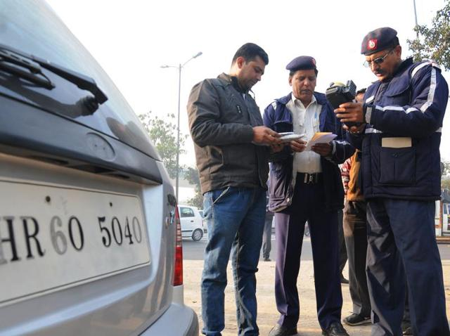New Delhi, India- Jan 01, 2016 : Delhi Traffic Police charge challan to even numbers cars which were running roads today after the implementation of Odd -Even campaign at Dhaula Kuan in New Delhi on Friday, India January 01, 2016. ( Photo by S Burrmaula / Hindustan Times )