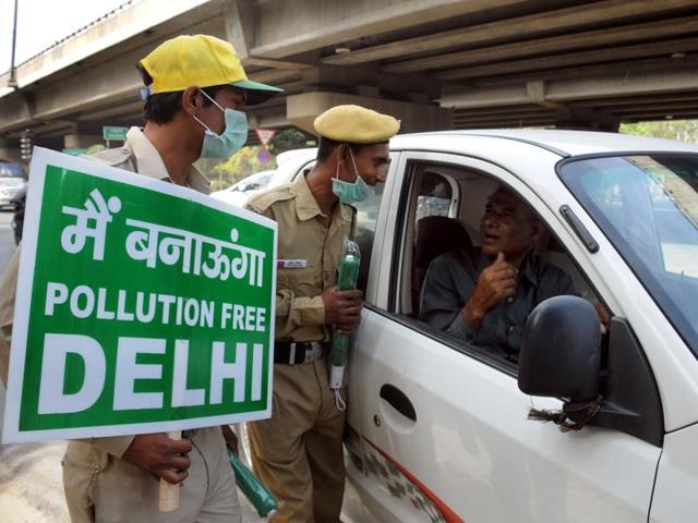 Delhi civil defence (DCD) volunteers holding placards promoting the odd-even scheme in South Delhi. The second phase of Delhi CM Arvind Kejriwal's plan to lower the capital's pollution has received huge support on Twitter, albeit with a fair share of criticism.