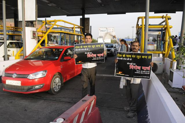 After members of Maulik Bharat, an NGO, forcibly provided free passage to commuters on Saturday, the Federation of Noida Residents' Welfare Associations have threatened to launch an agitation to remove the Delhi-Noida toll onSunday.