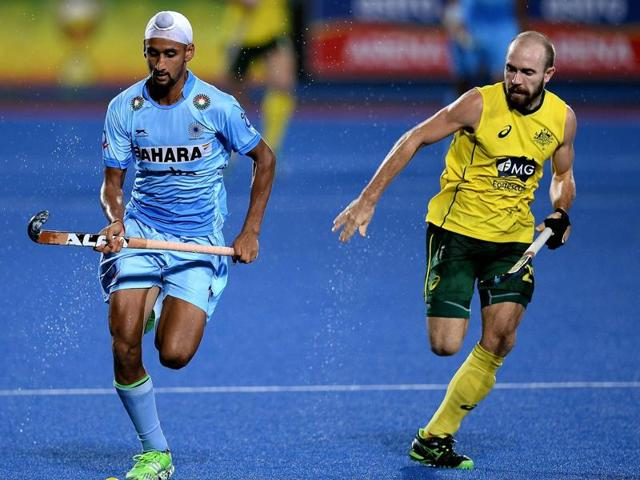 Australia's Matthew Swann (R) vies for the ball with Mandeep Singh of India (L) during the final of the 2016 Sultan Azlan Shah Cup in Malaysia's northern town of Ipoh on April 16, 2016.