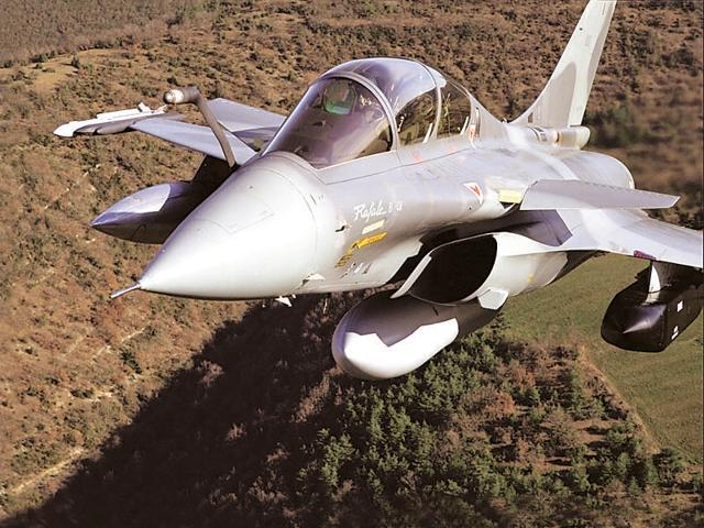 India desperately needs to upgrade its ageing Soviet-era fleet plagued by engine troubles and poor availability. The twin-engine Rafale warplane is capable of carrying out a variety of missions – ground and sea attack, air defence and air superiority, reconnaissance and nuclear strike deterrence.