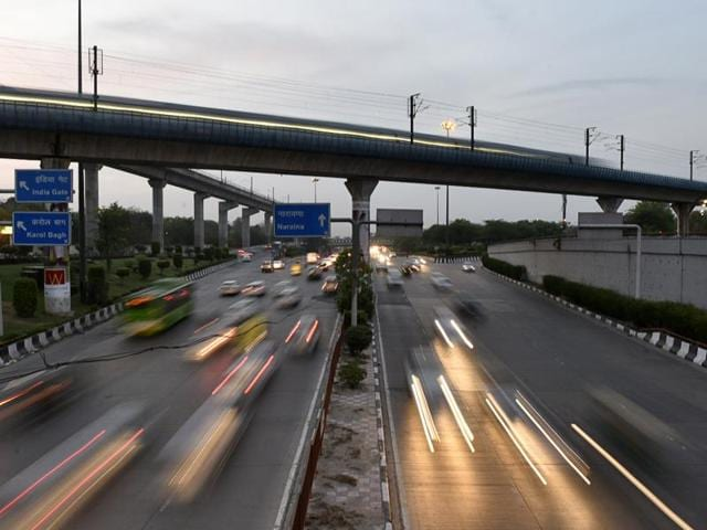 Annual noise average for Delhi in 2014 was 74 decibels (dB) against the national safety mark of 55dB. The night reading was around 50dB, enough to cause hypertension if exposure is for a long period.(Vipin Kumar/HT Photo)