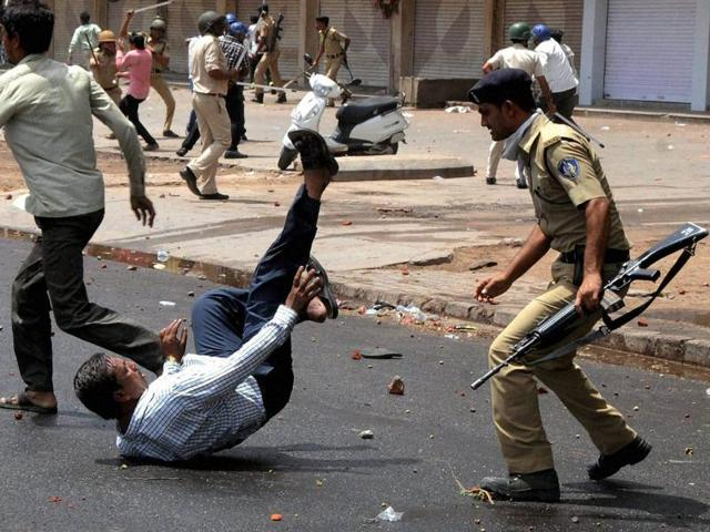 Patel quota stir: Curfew in Mehsana, protesters call for shutdown