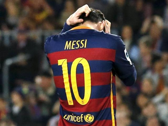 Lionel Messi's 500th career goal was not enough to boost Barcelona's La Liga bid as they lost 2-1 at home to Valencia.