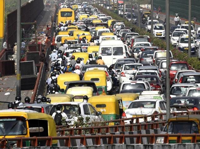 Heavy traffic congestion was witnessed on the Geeta Colony bridge on Monday – day four of the Delhi government's odd-even experiment.(Sonu Mehta/ HT Photo)