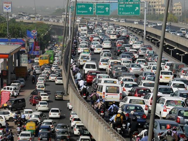 Heavy traffic jam at Delhi-Gurgaon expressway from Dhaula Kuan to Rangpuri during odd-even plan's second phase, in Gurgaon, on Monday, April 18, 2016.