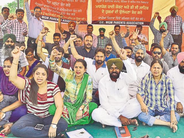 Parents protesting against a school in Ludhiana.(HT File)