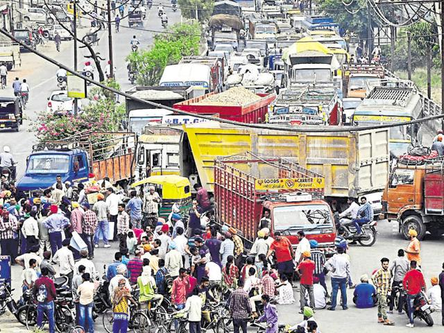 Vehicles stuck in a traffic jam caused due to the six-hour protest by parents.(Sikander Singh Chopra/HT)