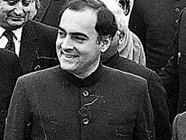 Former PM Rajiv Gandhi (C) with then Pakistan President Zia-ul-Haq (R) at the Palam airport on Decemeber 17, 1985. (HT File Photo)