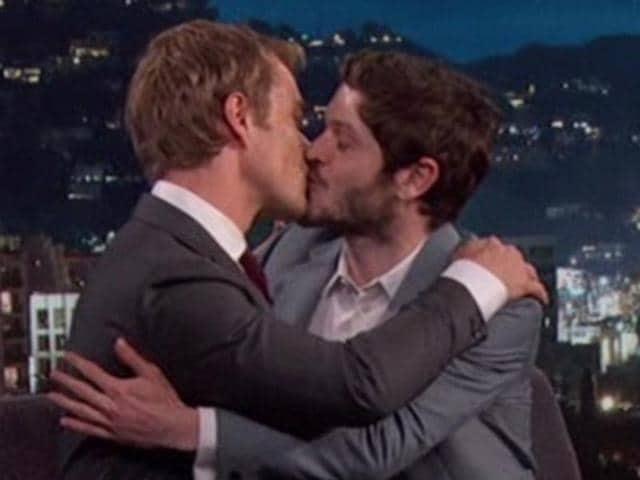 watch game of thrones theon greyjoy and ramsay bolton kiss and make