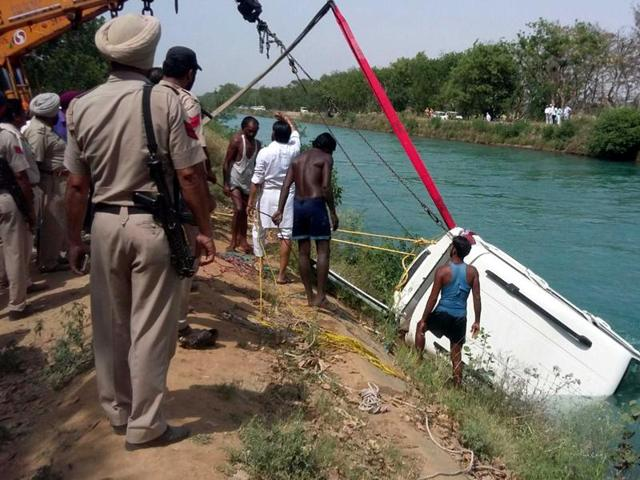 Rescue team pulling out the vehicle which had fallen into Bhakra Main canalnear Patiala on Wednesday.