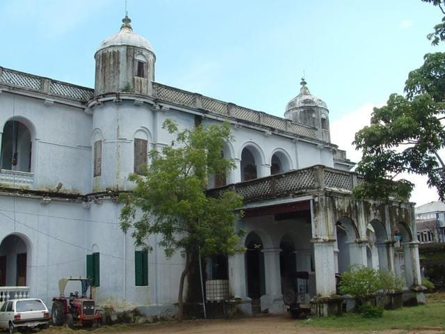 The Bobbili fort was at the centre of the Battle of Bobbili in 1757. It also sparked a longstanding enmity between the royal families of Bobbili and Vizianagaram in Andhra Pradesh.