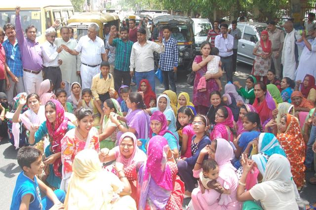 Parents of children belonging to the economically weaker section protesting against private schools in Rohtak for not giving their wards admission.