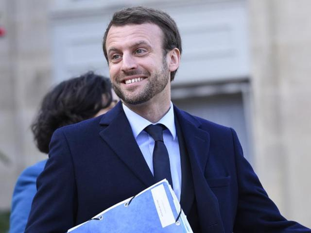 French Economy minister Emmanuel Macron leaves the Elysee Palace after the weekly cabinet meeting on January 4, 2016 in Paris.