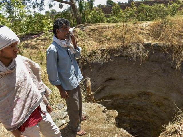 The son and husband of Chabubai Khamkar, who fell into the 40-ft well in Beed and lost her life.(Satish Bate/HT)