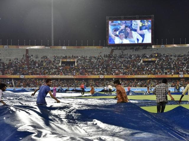 Groundman cover the pitch due to rain. Photo by Sanjeev Verma/ Hindustan Times