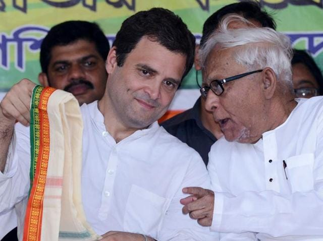 Congress vice-president Rahul Gandhi (L) and communist leader and former West Bengal chief minister Buddhadeb Bhattacharjee share dais at a rally.