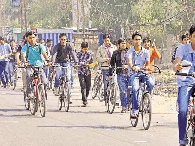 Students of coaching institutes on way to their classes in Kota, Rajasthan.(AH Zaidi / HT file photo)
