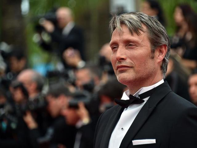 Mads Mikkelsen posing as he arrives for the closing ceremony of the 68th Cannes Film Festival.