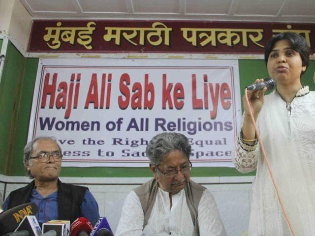 Trupti Desai speaks during press conference held by various women's organization including Bhartiya Muslim Samaj and social organization for the entry for woman in Haji Ali Dargah at Marathi patrakar sangh in Mumbai. (Photo by Bhushan Koyande / HT)