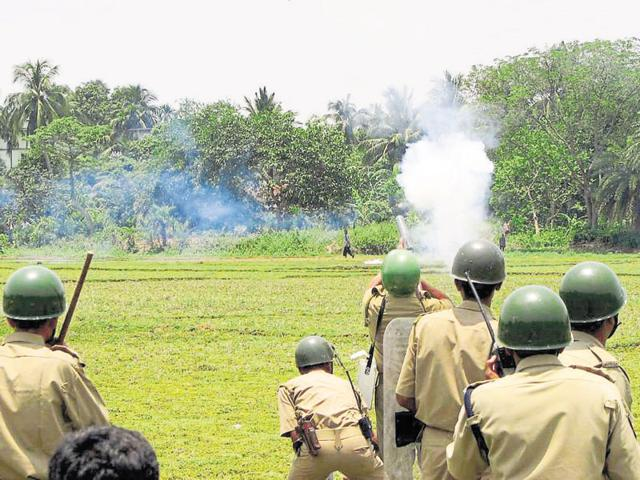 Police fire tear gas to disperse farmers and protestors in Singur.