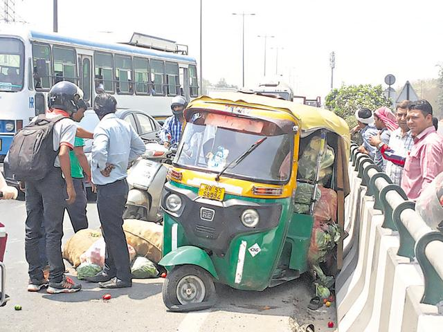 An auto driver was injured in an accident on the Delhi-Gurgaon expressway on Wednesday. He had to be rushed to a hospital in another vehicle as no rescue team arrived.