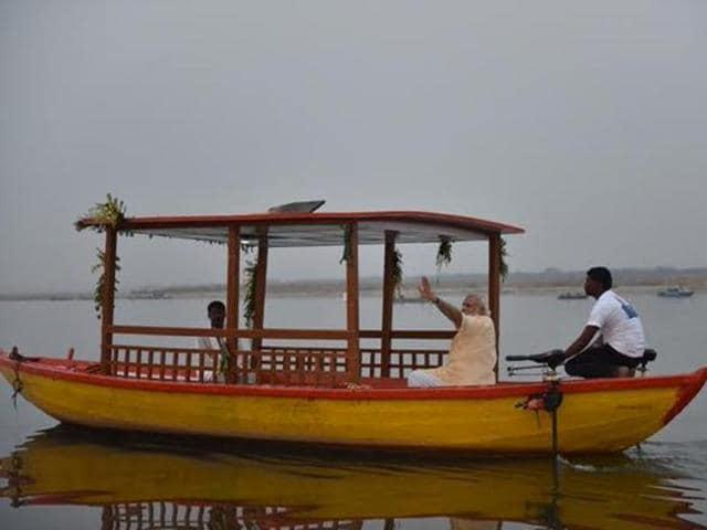 Modi in Varanasi,Modi distributes e-rickshaws,Modi's boat ride