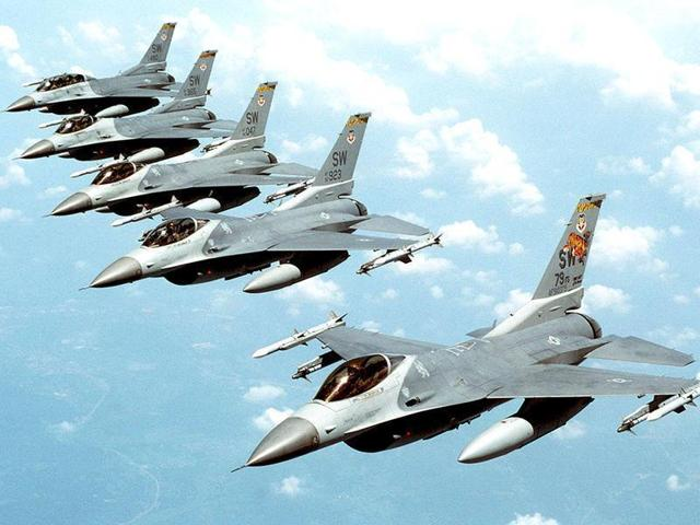 Five-US-Air-Force-F-16-Fighting-Falcon-multirole-jet-fighters-fly-in-echelon-formation-over-the-US-en-route-to-an-exercise
