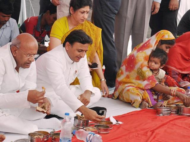Uttar Pradesh chief minister Akhilesh Yadav having lunch with labourers on International Labour Day, in Lucknow on Sunday.