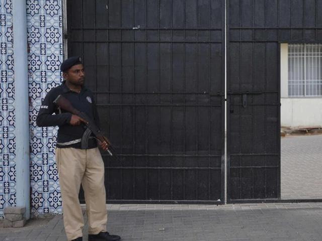 File photo of Pakistani policemen outside a court in Karachi.
