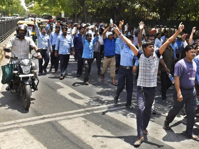 Cab owners protest a day after the ban on diesel taxis in the national capital came into effect.  (Photo by Arvind Yadav/ Hindustan Times)