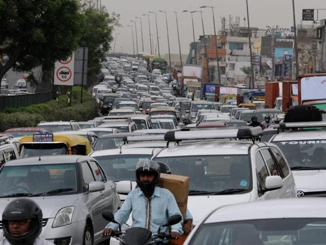 Heavy traffic jam on Delhi-Gurgaon expressway at Mahipalpur flyover due to the diesel taxi driver's protest.