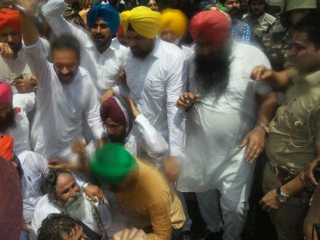 The protest was led by Kisan cell chairman Inderjit Zira and Congress legislature party leader Charanjit Singh Channi at the Congress Bhawan in Chandigarh.