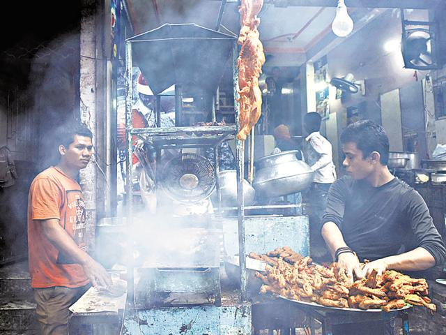 Food joints being run in the open in Nizamuddin area. Delhi's air is dirty not just because of trucks, cars industries and dust-laden winds but also because of tandoors (clay oven).(Saumya Khandelwal/HT Photo)