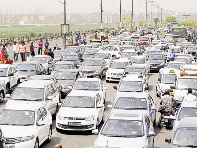 Diesel taxi drivers blocked the Delhi Noida Delhi (DND) flyway over the past two days against the Supreme Court order, which resulted in long jams.