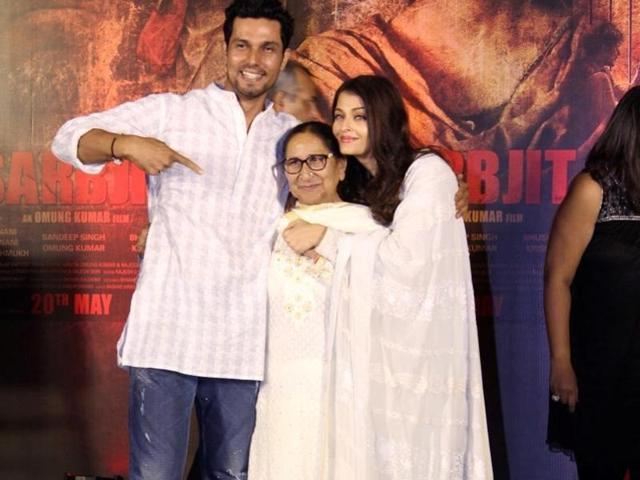 Actors Aishwarya Rai Bachchan,  Randeep Hooda and Sarabjit Singh`s sister Dalbir Kaur paying homage during the 3rd death anniversary of Sarabjit Singh in Mumbai on Thursday.