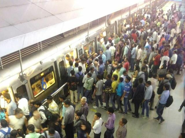 Delhi metro,Chandni Chowk station,man attempts suicide