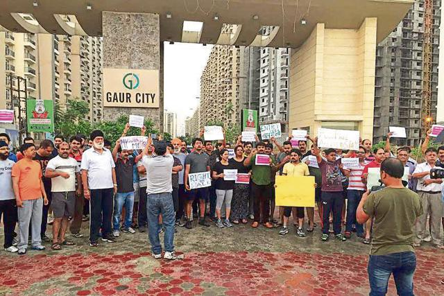 Around 60-70 residents, dressed in sports attire, protested against the builder for not allowing them free access to the stadium that is on the society's premises.
