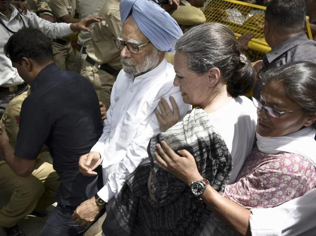Congress president Sonia Gandhi and former prime minister Manmohan Singh cross a police barricade during the 'Save Democracy' march in Delhi.