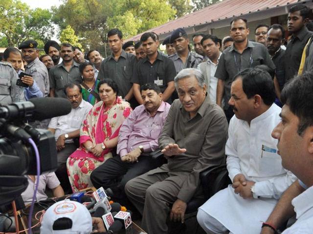 Dehradun: Rebel Congress leader Vijay Bahuguna, along with other rebel Congress MLAs, at a press conference at his official residence in Dehradun.