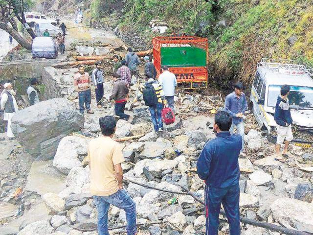 The gush of water swept the vehicles into Pindar river at Thrali.
