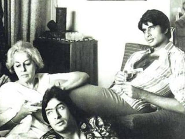 A family photo of Amitabh Bachchan shows his mom , dad, brother  and wife.