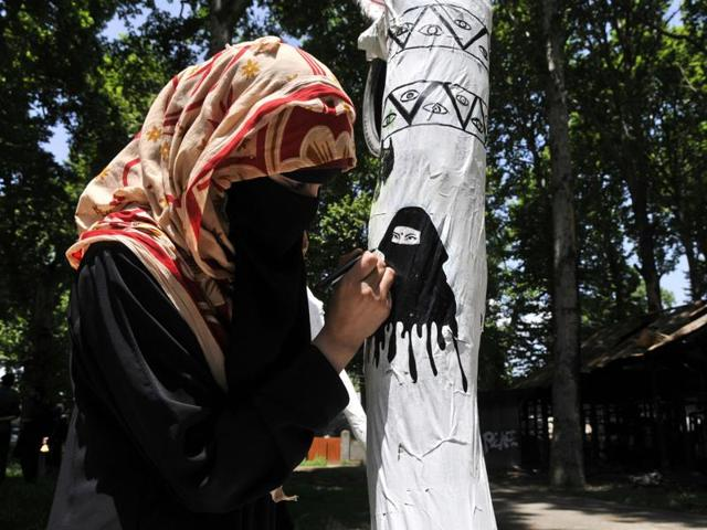 In Kashmir University, a group of around ten students of the music and fine arts department has turned a fallen chinar into an art installation featuring doodles, sketches and text.