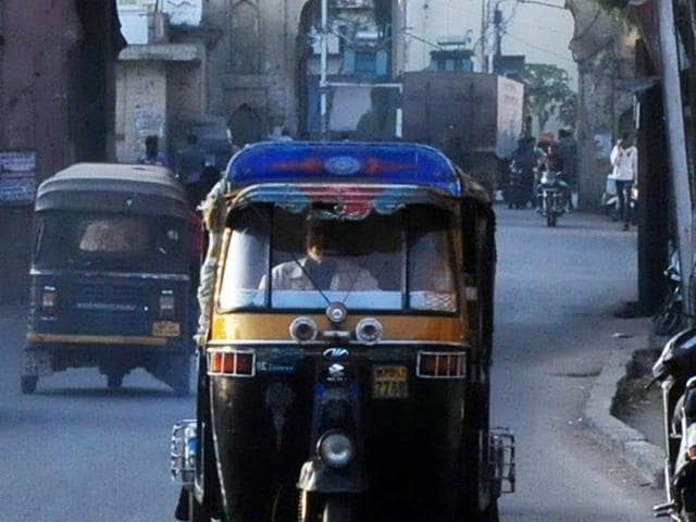 In an exemplary show of honesty, an auto-rickshaw driver returned a bag containing valuables worth Rs 50,000 to a passenger in Malwani area on Saturday.