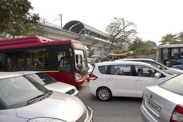 The Supreme Court ban on non-CNG taxis in NCR led to heavy traffic jam at Delhi-Gurgaon expressway.