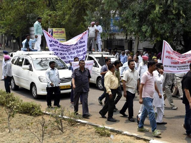 Scores of diesel taxi drivers staged a protest outside Delhi Chief Minister Arvind Kejriwal's residence in New Delhi on Sunday. ( Photo by Sonu Mehta/Hindustan Times)
